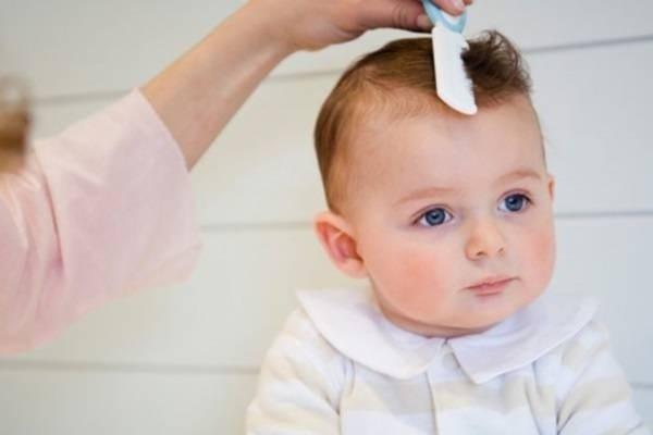 Trẻ sơ sinh nên cắt tóc ngày nào